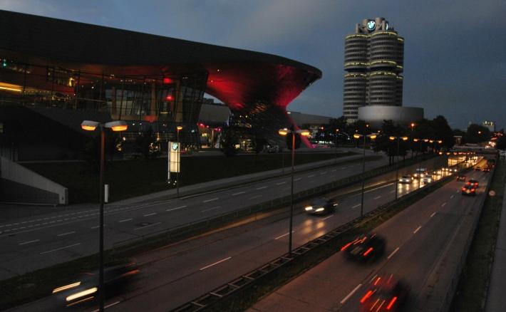 BMW Welt, con el museo y la torre al fondo
