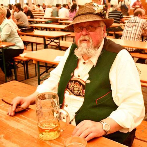 Tomando cerveza en el festival. / IMMANUEL RAHMAN -WEB OFICIAL DE MÚNICH
