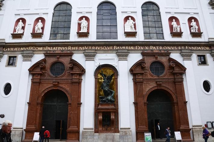 Detalle de la fachada de St. Michael