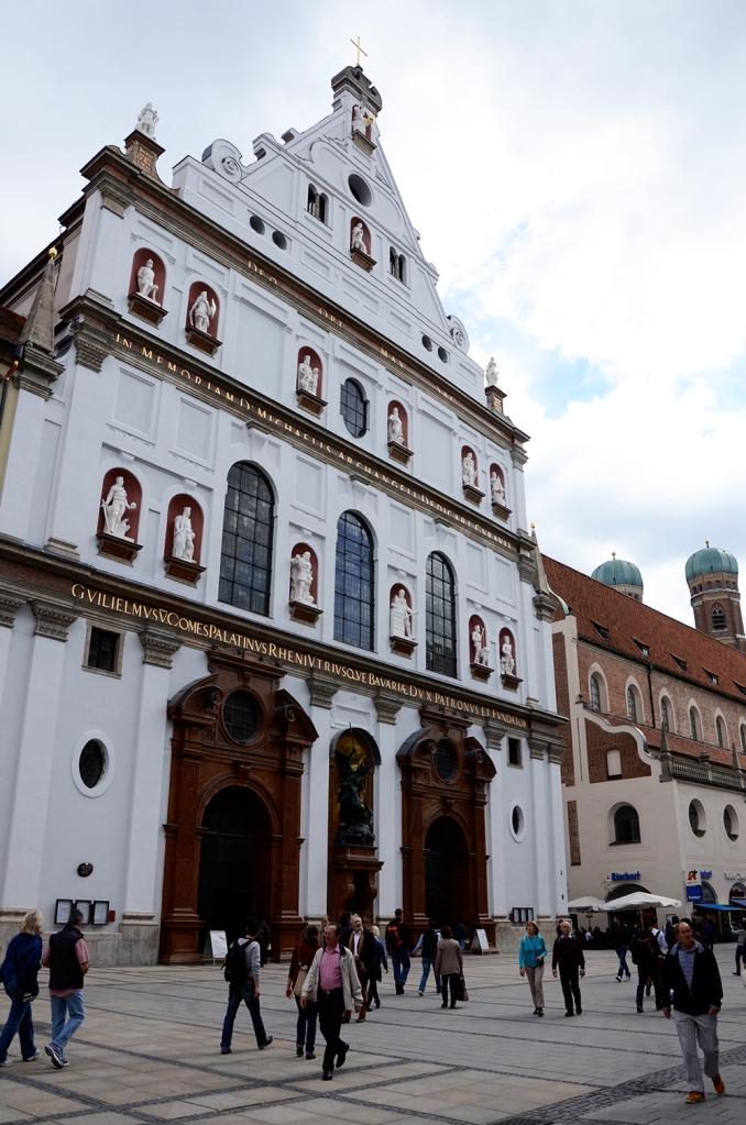 Fachada de San Miguel, con las torres de la catedral al fondo