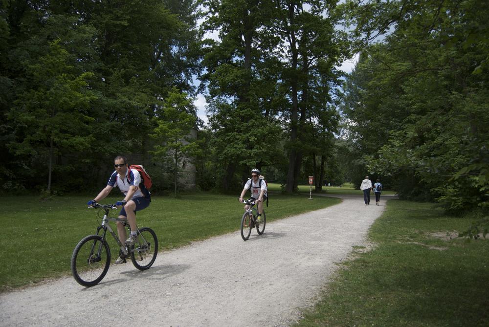 Carril bici junto al lago