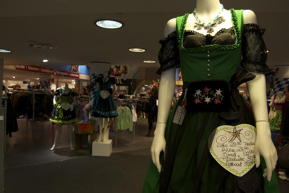 Dirndl a la venta en Múnich, antes de Oktoberfest