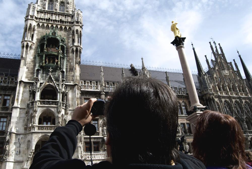 Turistas en Marienplatz contemplando el carrillón