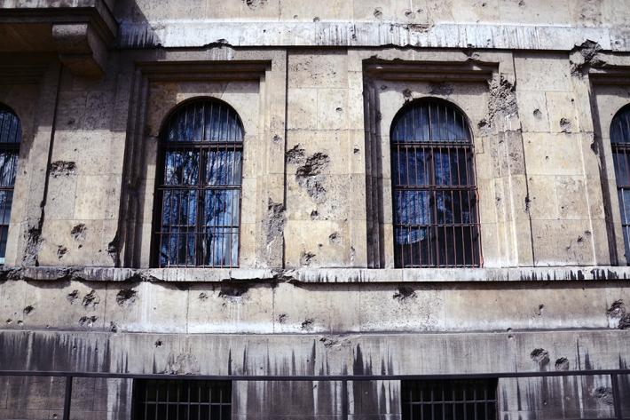Impactos de artillería en la antigua sede administrativa del NSDAP