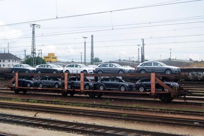 Cargamento de Audis listo para ser transportado en la Estación de tren de Ingolstadt