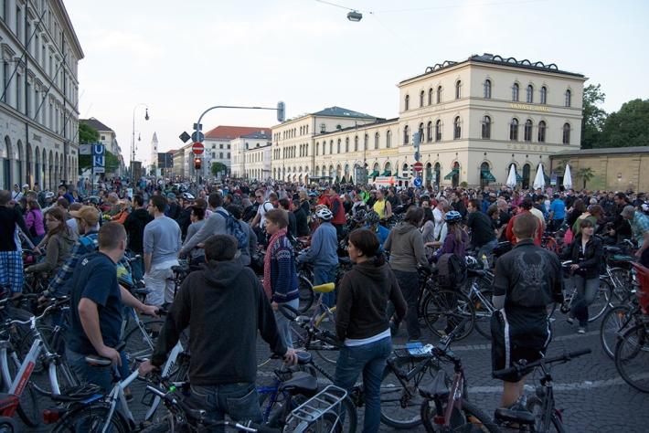Inicio del paseo popular por la Noche de las bicis en 2012
