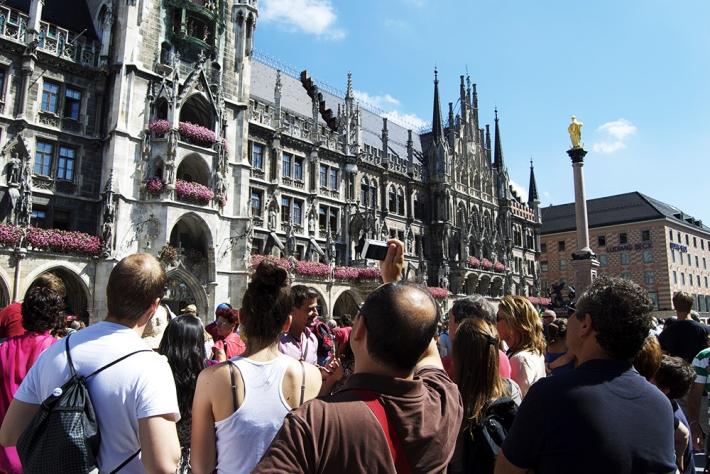 Turistas frente el carrillón