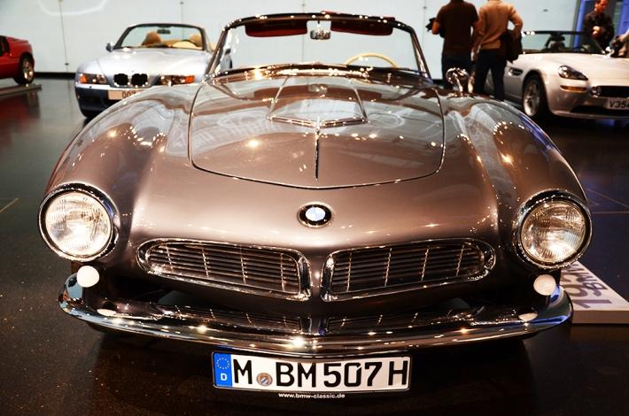Roadsters. Al fondo, izquierda, el de James Bond