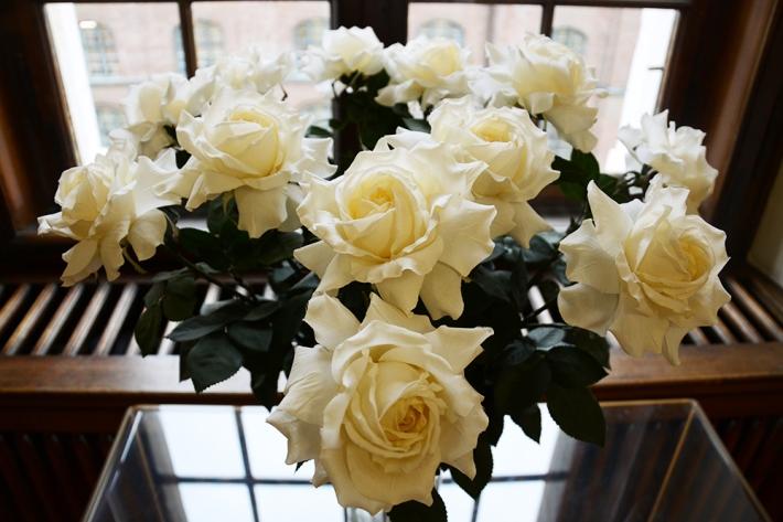 Ramo de rosas en la sala del Palacio de Justicia muniqués