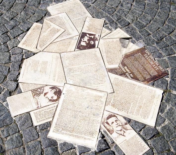 Placas de homenaje al grupo en la plaza Geschwister Scholl