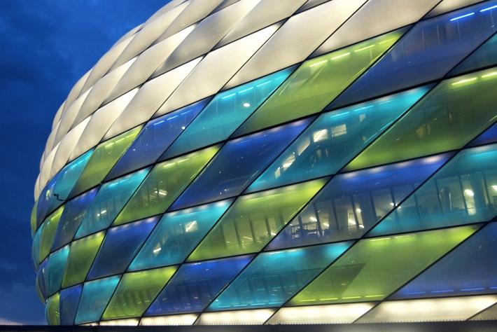 El estadio iluminado en tarde de partido