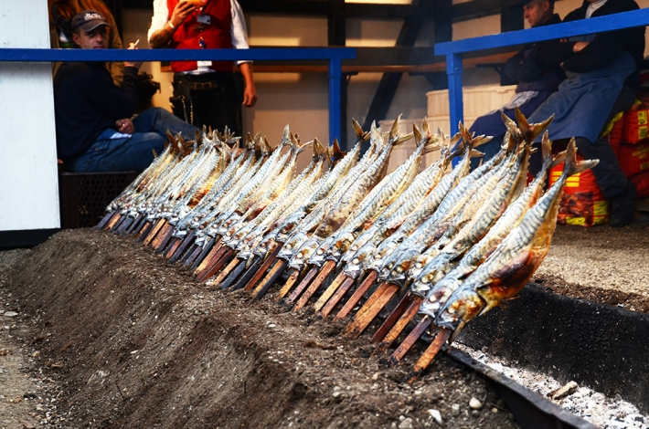 Pescado empalado a las puertas de la Fischer Vroni