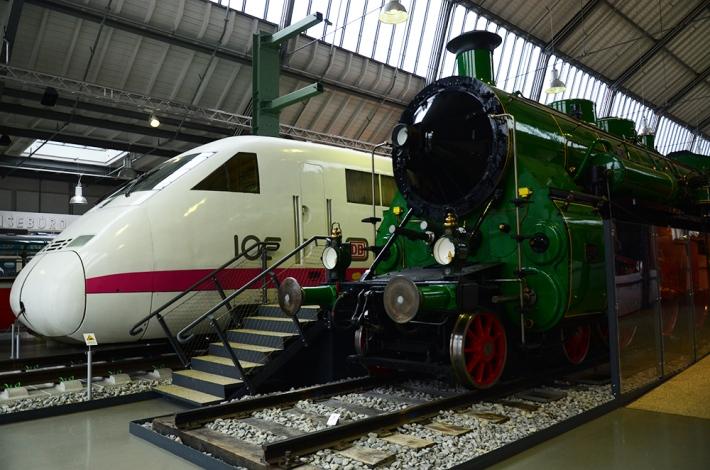 Trenes en el segundo hall