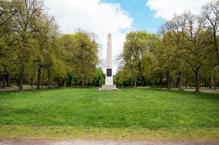 Entrada por el sur, con el obelisco que recuerda a Leopoldo