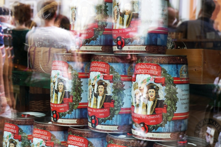 Cervezas conmemorativas de la boda, a la venta en Landshut