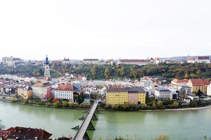 Centro histórico, con el castillo de fondo